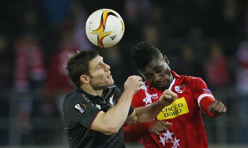 Liverpool (áo đen) giành quyền đi tiếp với ngôi đầu bảng. Ảnh: Reuters.