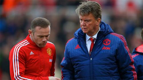 Van Gaal (phải) thêm một lần bị cựu cầu thủ Man Utd chỉ trích.