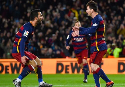 Tân binh Arda Turan chia vui với Messi sau bàn thắng trong hiệp một. Ảnh: Reuters