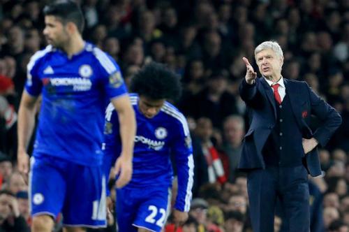 Costa rời sân trong hiệp hai sau một pha va chạm. Ảnh: Reuters.