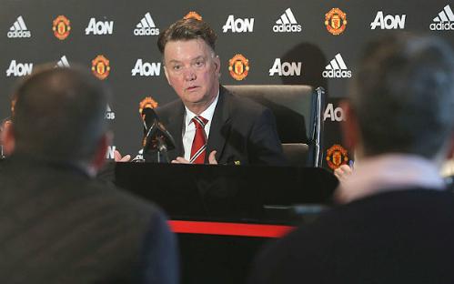 Van Gaal có mối quan hệ không tốt với báo chí sau chuỗi tám trận không thắng cuối năm ngoái. Ảnh: AFP.