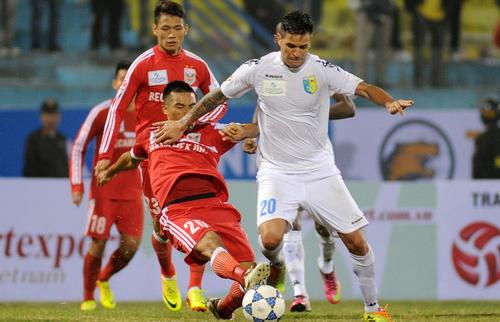 Bình Dương (áo đỏ) đấu Hà Nội T&T ngày 30/1 tới với tư cách củ nhân của cú đúp danh hiệu mùa trước - vô địch V-League và đoạt Cup Quốc gia 2015.