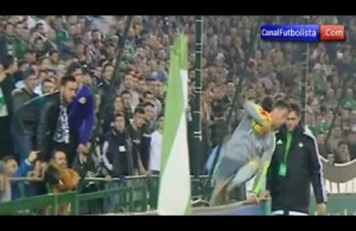 Khán giả đứng sát đường biên để phun bọt vào Ronaldo.