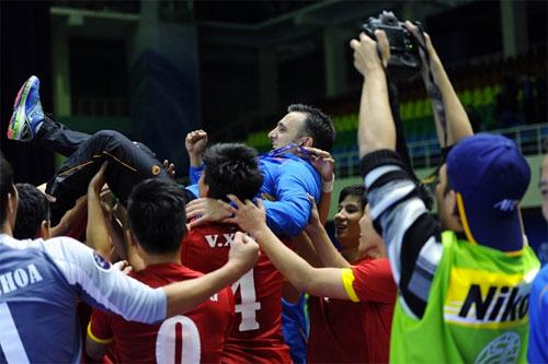 HLV Bruno được các học trò tôn vinh sau trận đấu.