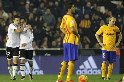 Valencia (áo trắng) cầm chân Barca với tỷ số 1-1 cuối năm ngoái. Ảnh: Reuters