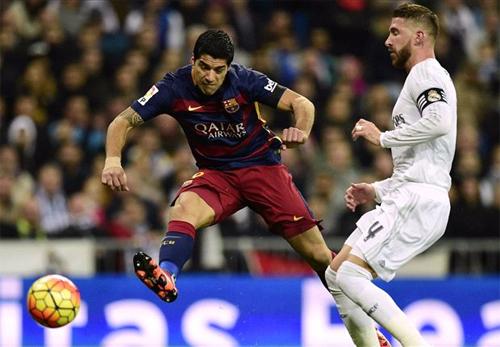 Suarez tung cú đá má ngoài mở tỷ số trận lượt đi. Ảnh: Reuters